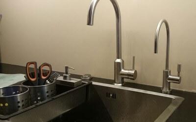 Cómo instalar un grifo de ósmosis en el fregadero