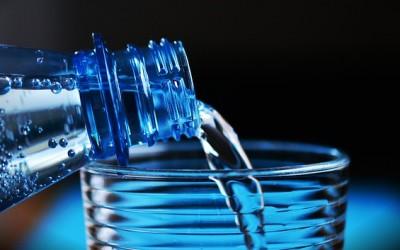 ¿Es malo beber agua de botellas de plástico?