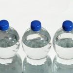 agua-en-botellas-plastico
