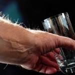 hombre con vaso de agua