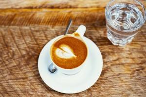cafe y agua en ayunas