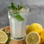 Por qué beber agua con limón