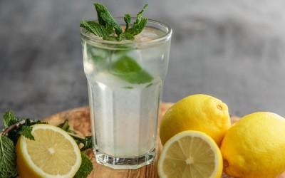 Los beneficios del agua de limón