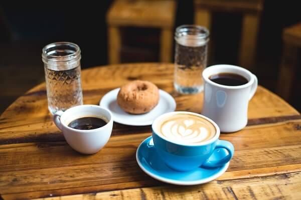 Mesa de café y agua osmotizada