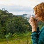 Mujer bebe agua de dispensador de agua osmotizada