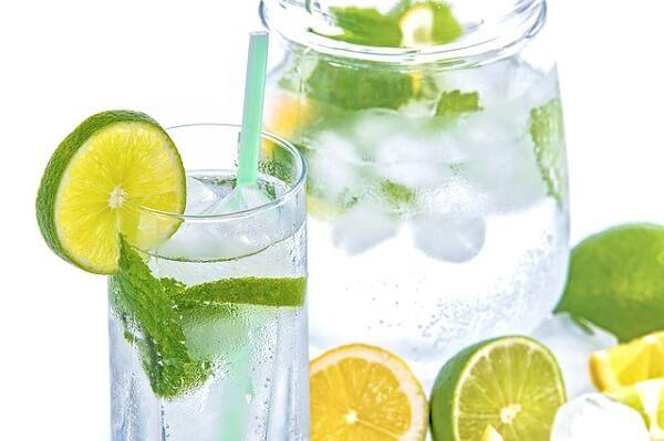 Agua con limón para beber más