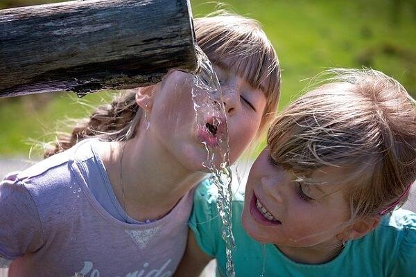 beber agua niños