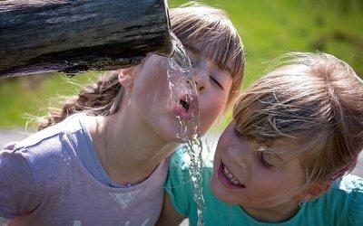 Agua y niños: consejos para que estén más sanos